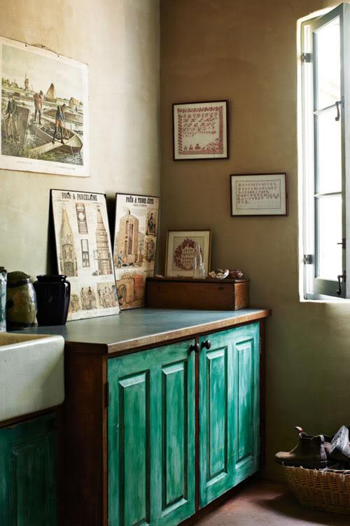 Spintelė, dažyta žalsvai elektrine spalva skalbyklos patalpoje
