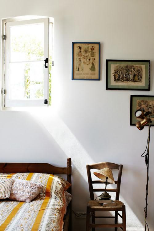 žurnalo puslapiai paveikslo rėmeliuose ant sienos miegamąjame