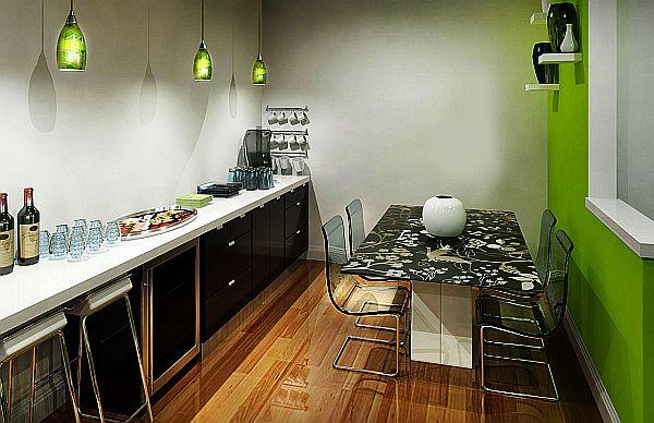 žalia spalvos siena, virtuvės spintelės vienoje linijoje