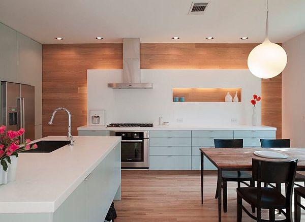 sala prie vienos virtuvės sienos, balta, šviesus medis