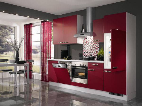 vyšnios spalvos virtuvės spintelės vienoje linijoje