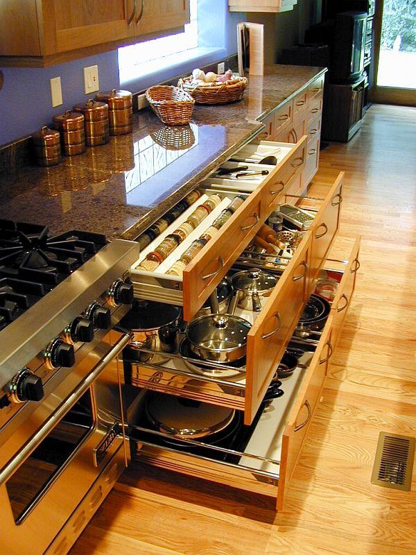 virtuvės spintelės vienoje linijoje, atidaryti stalčiai