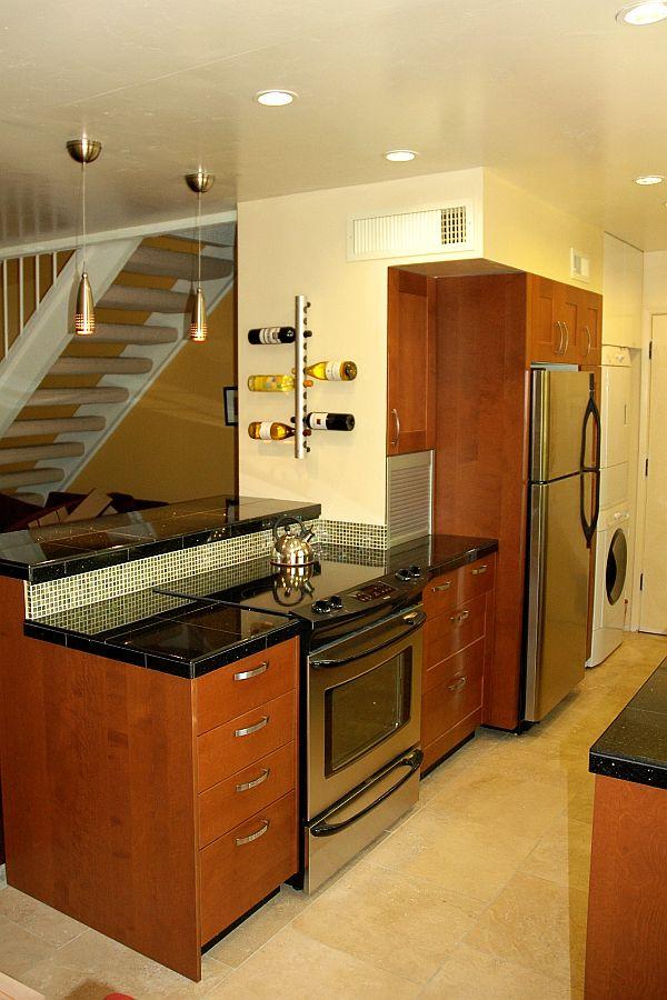 s virtuvės spintelės vienoje linijoje šalia laiptų
