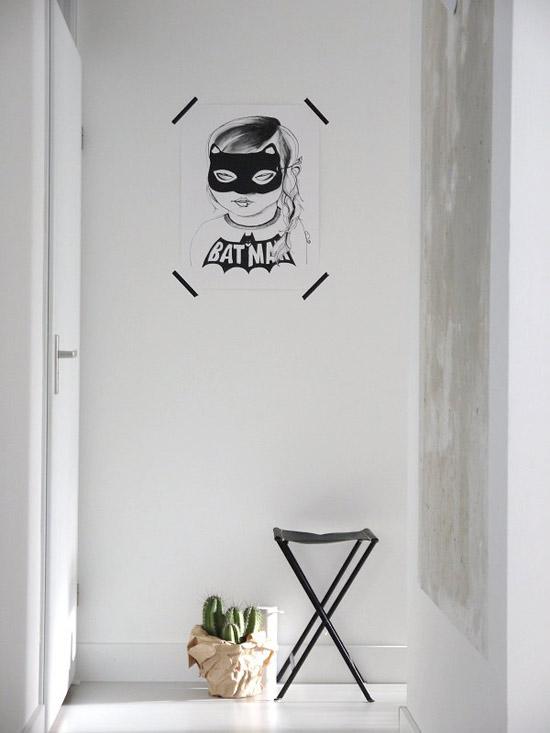 baltas koridorius paveikslas ant sienos, kaktusai ant grindų