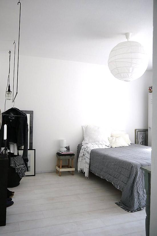 japoniškas apvalus popierinis šviestuvas miegamąjame