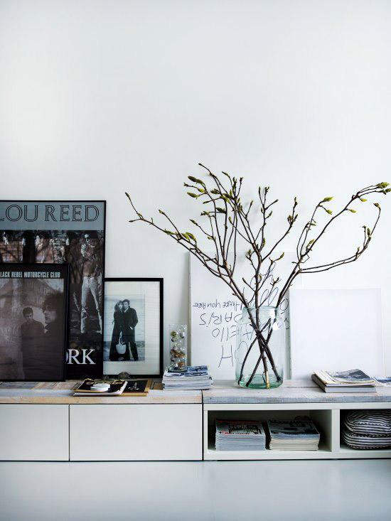 vazelė su šakelėmis ant lentynos