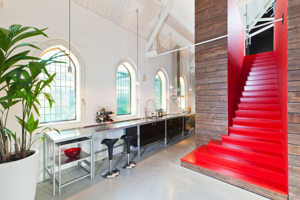 bažnyčios rekonstrukcija, raudoni laiptai