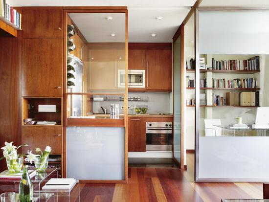 virtuvė, namų biuras, stiklo pertvaros, mediniai paneliai