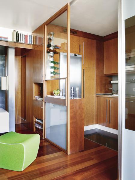 stiklinė pervara tarp svetainės ir virtuvės