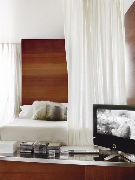 miegamasis, lova už užuolaidų, televizorius