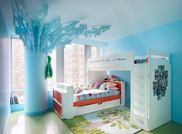 melsvas vaikų kambarys, kolona lyg su sparnais