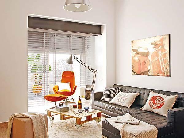 nedidelis butas, oranžinis fotelis
