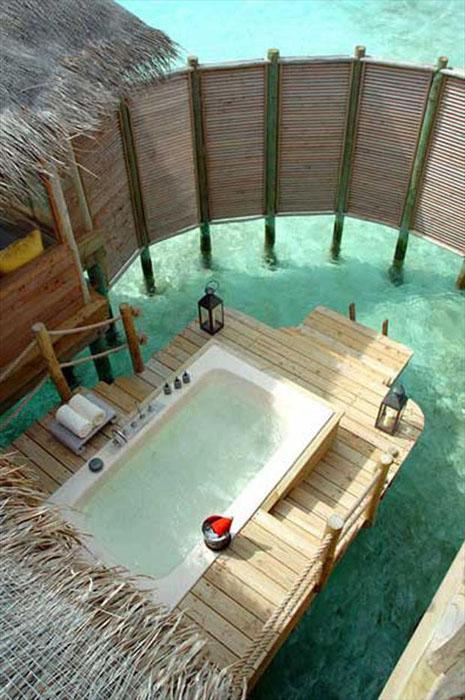 lauko vonia ant medinės terasos jūroje