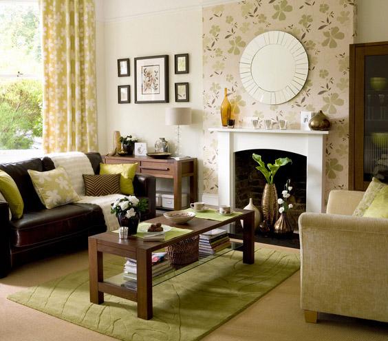 tamsiai ruda odinė sofa svetainėje