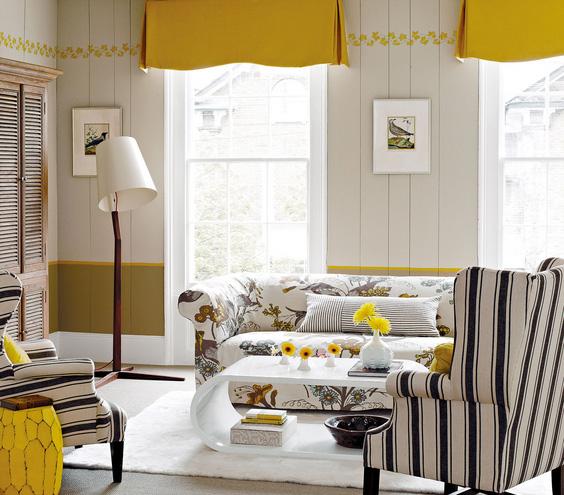 geltona, pilka, balta spalvos svetainėje