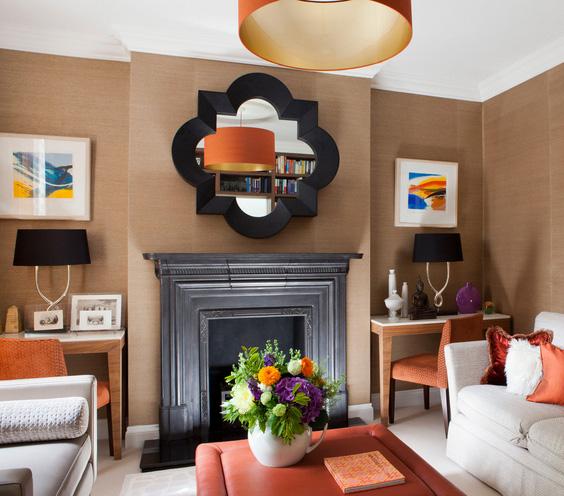 rudos sienos, baltos lubos svetainėje