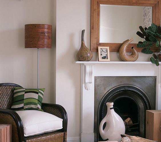 dekoratyvinės vazos ant židinio svetainėje