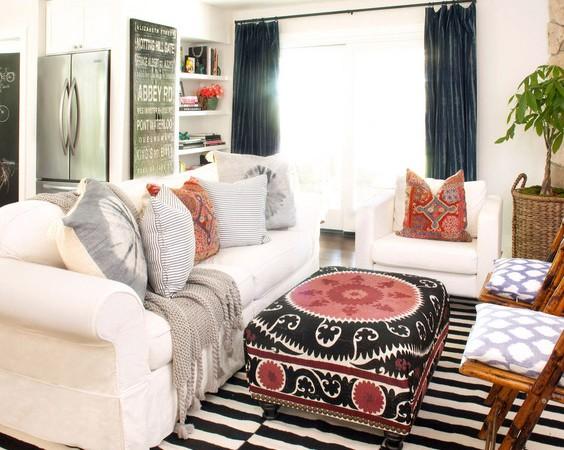 svetainė, balta sofa minkštas staliukas