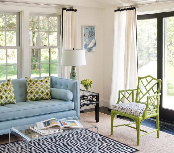 melsva sofa, žalsvos pagalvėlės, kėdė svetainės kambaryje