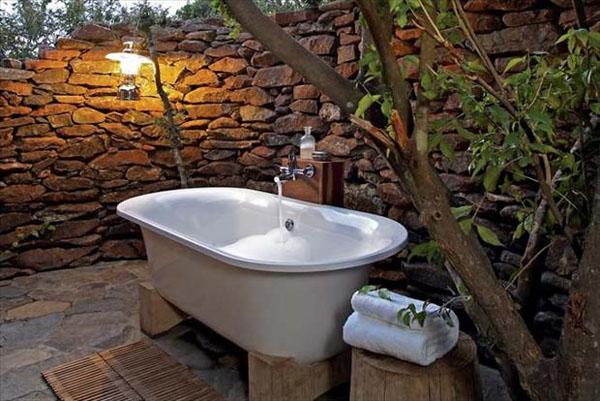 lauko vonia akmenų siena