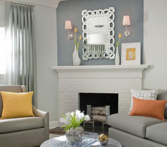 ornamentinis veidrodis virš židinio svetainėje