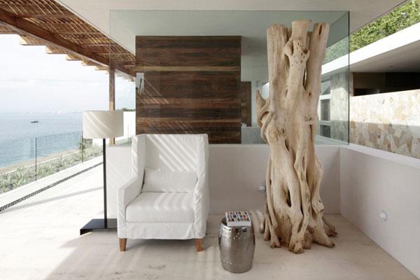 Casa-Almare-Elias-Rizo-Architects-svetainė, medžio kamienas skulptūra