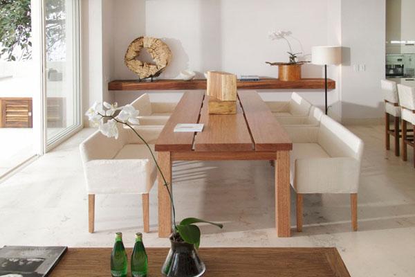 Casa-Almare-Elias-Rizo-Architects- medinis stalas svetainėje, balta spalva