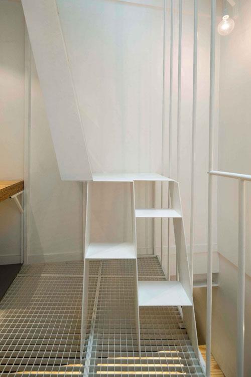 25 m2 butas, metaliniai balti laiptai
