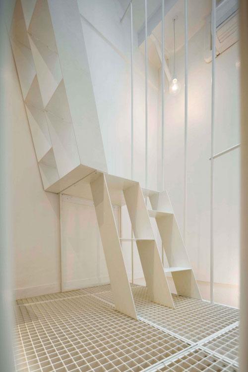 25 m2 butas, laiptai, perforuotos metalo grindys