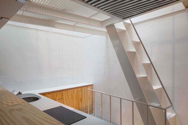 25 m2 butas, virtuvės zona, laiptai