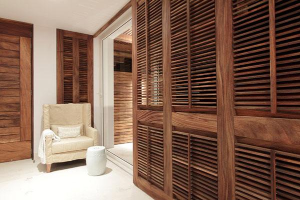 medinė pertvara miegamąjame