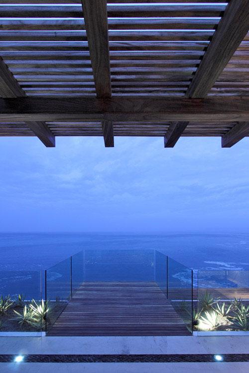 medinė terasa,stikliniai turėklai, vaizdas į jūrą