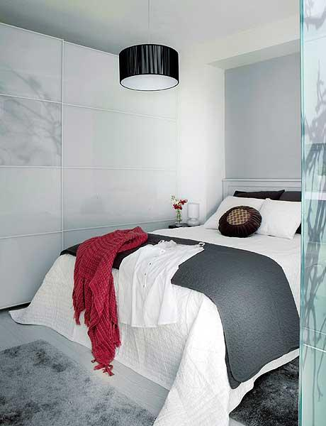 40 m2 buto miegamasis, sienspintė per visą sieną