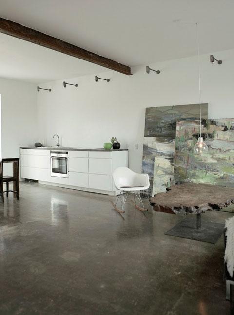 metalinė sija, du dideli paveikslai virtuvės, svetainės erdvėje