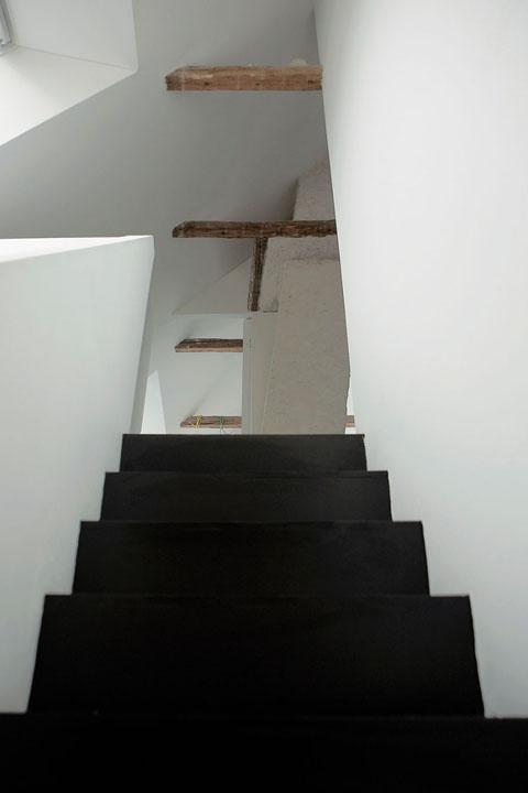 juodi laiptai į antrą aukštą, medinės sijos