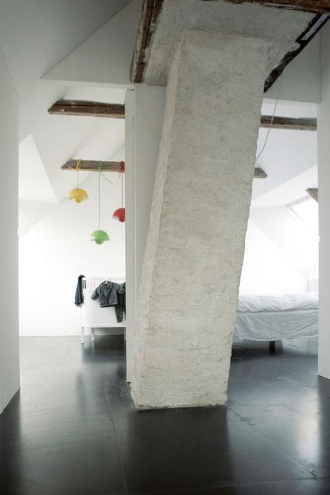 masyvi kolona miegamąjame, spalvoti šviestuvai