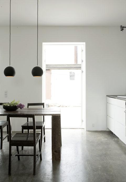 stlas, šviestuvai, langas virtuvėje