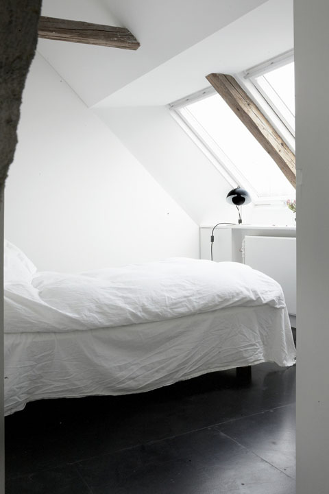sijos miegamąjame, balta spalva