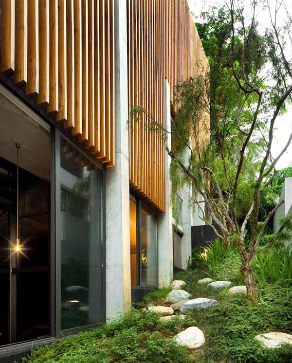 namo fasadas, vertikalios lentelės, akmenys ant žemės