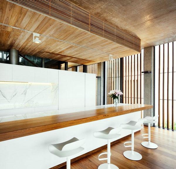 svetainė, medinė apdaila, virtuvė, baras