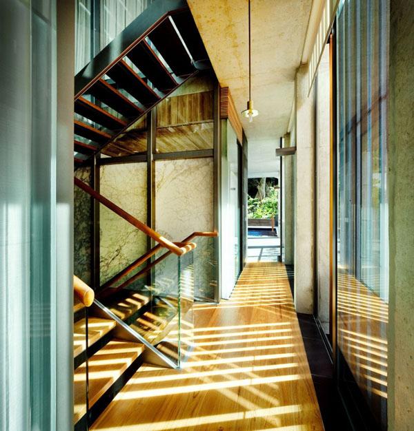 Laiptai, šviesa ant grindų