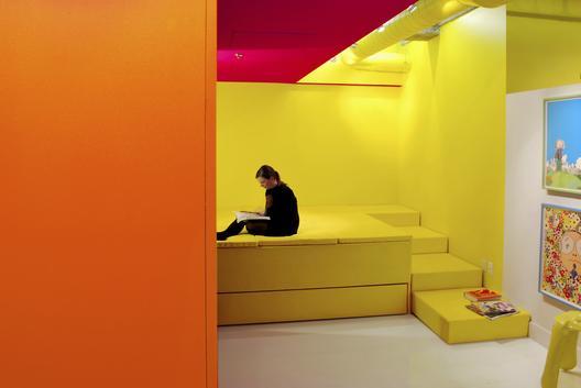 industrinis loftas, geltonas, miegamasis, laiptai