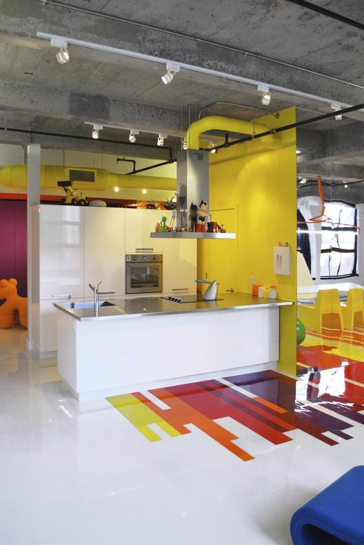 industrinis loftas, spalvotos grindys, geltona virtuvė, violetinis koridorius