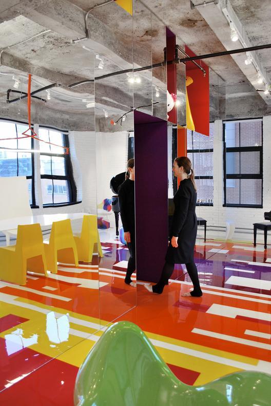 industrinis loftas, spalvotos grindys, veidrodinė siena, violetinis koridorius