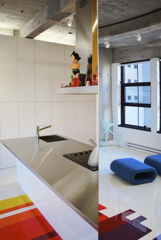 industrinis loftas, virtuvės stalviršis, veidrodis