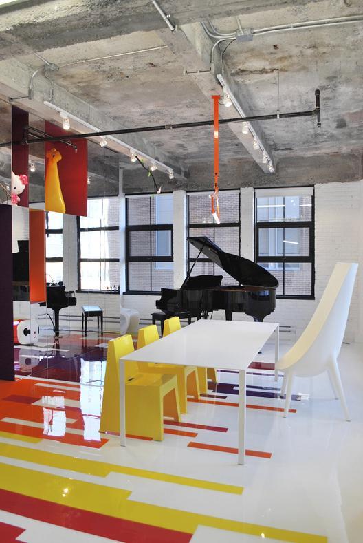 industrinis loftas, spalvotos grindys, veidrodinė siena, juodas fortepionas