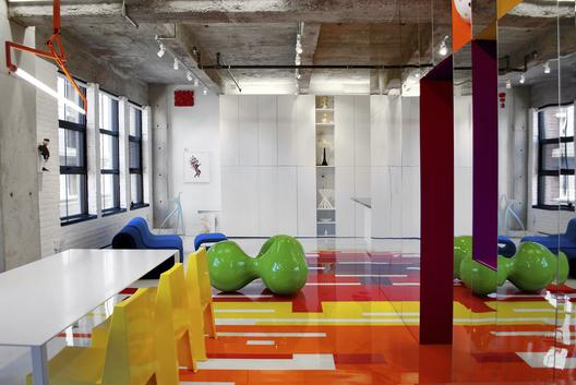 industrinis loftas, spalvotos grindys