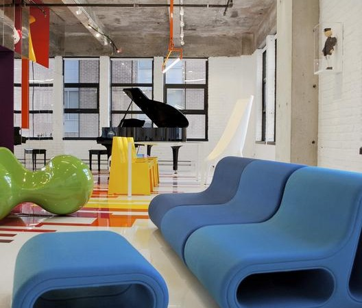 industrinis loftas, spalvotos grindys, mėlyna minkšta dalis, juodas fortepionas