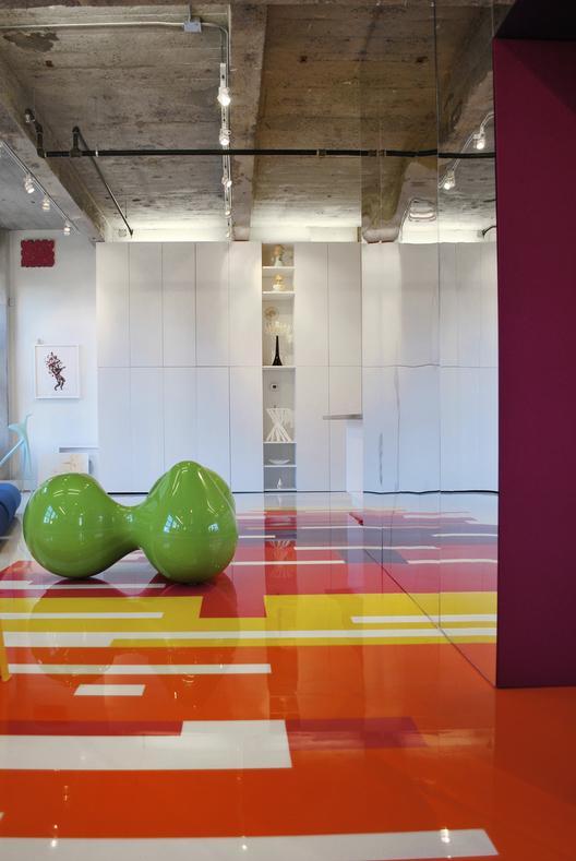 industrinis loftas, spalvotos grindys, betono lubos, žalias dekoratyvinis elementas