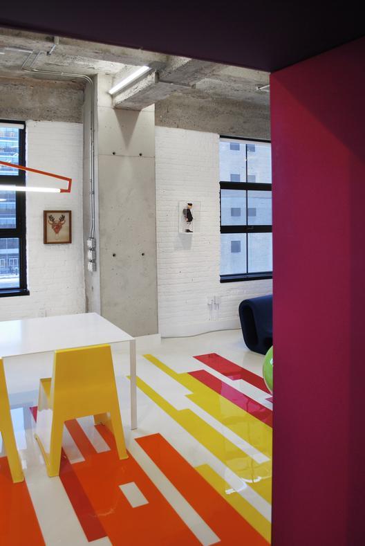 industrinis loftas, spalvotos grindys, valgomojo baltas stalas